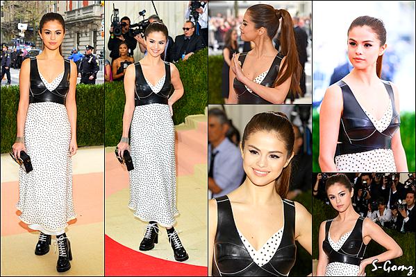 """02.05.16 - Selena s'est rendu au gala de charité """" MET Gala 2016 """" au Metropolitan Museum à New-York. Notre belle Selena portait une robe de chez Louis Vuitton. Personnellement, je n'aime pas trop sa tenue."""