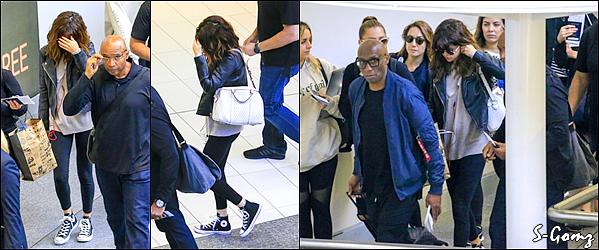 12.08.16 - Selena a été photographié à l'aéroport de Brisbane.