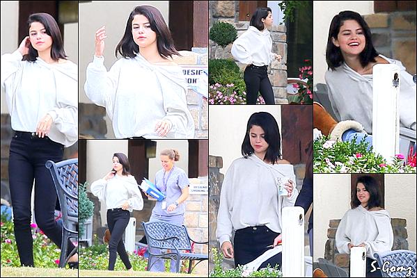 13.10.16 - Selena a été photographié dans un centre de rétablissement pour son traitement dans le Tennessee.