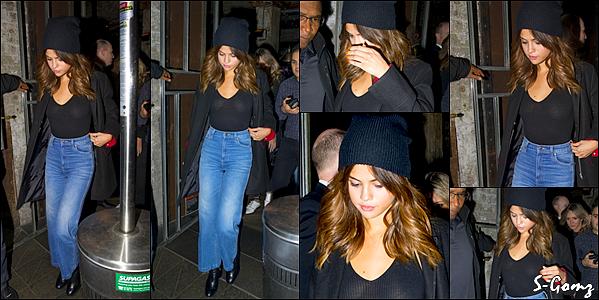 08.08.16 - Selena a été photographié arrivant à l'aéroport de Sydney (Australie).