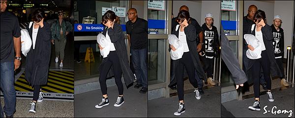 05.08.16 - Selena se balade dans Melbourne (Australie).