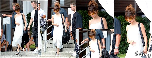 12.06.16 - Selena a été photographié arrivant à un yacht avec des amis à Miami.
