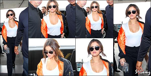 07.04.16 - Selena a été photographiée arrivant à l'aéroport de LAX à LA.