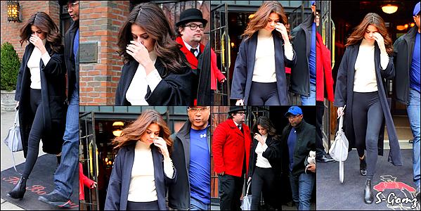 09.02.16 - Selena a été photographiée quittant son hôtel à New York.