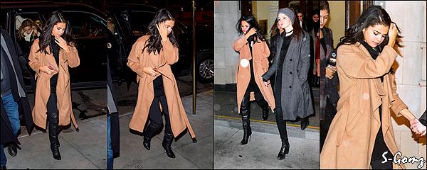 22.01.16 - Selena a été photographiée quittant un bâtiment avec une amie à New York.