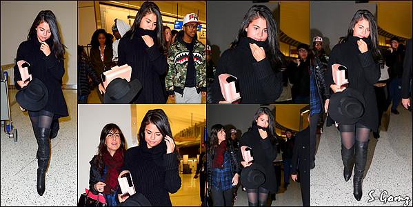 20.01.16 - Selena  a été photographiée arrivant à l'aéroport JFK à New York.