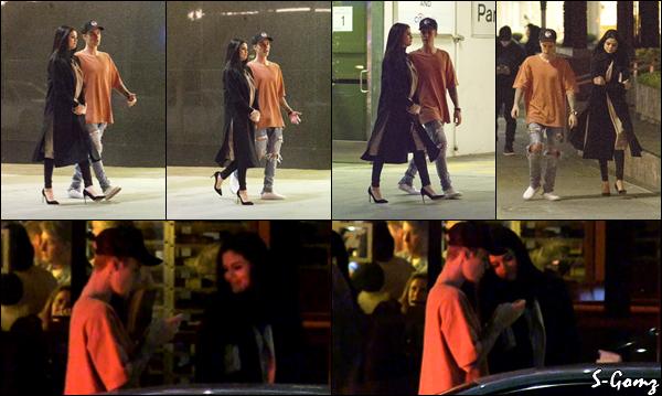 20.11.15 - Selena a été photographiée au restaurant avec son ex-petit ami Justin à Beverly Hills.