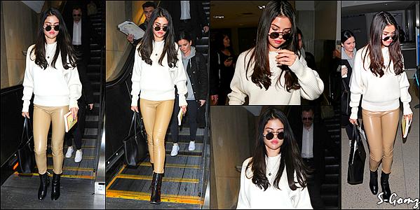 28.11.16 - Selena a été photographiée arrivant à l'aéroport de LAX à Los Angles.
