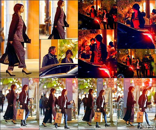 02.12.16 - Dans la soirée, Selena a été photographiée avec son amie Ashley Cook à Santa Monica.
