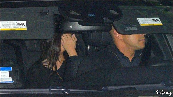 07.02.17 - Selena a été photographiée arrivant à l'aéroport LAX de Los Angeles.