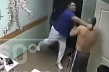 Un médecin tue un patient à coups de poing