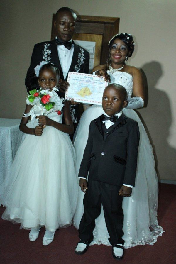 bishop ezekiel zoka avec ses enfants âpre la bénédiction nuptiale