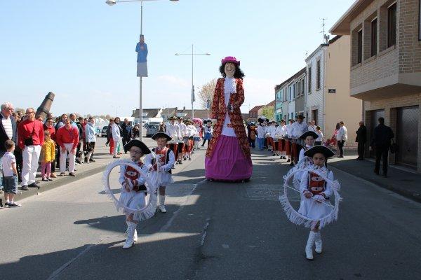 défiler de géant près de dunkerque  avec le cap'tain croch'Aire,ses majorettes et ses musiciens