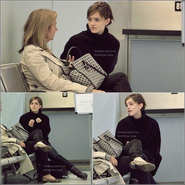 . CANDIDS _'Emma a été aperçut à l'aéroport d'Heathrow à Londres pour commencer sa 3ème année à l'Université d'Oxford.