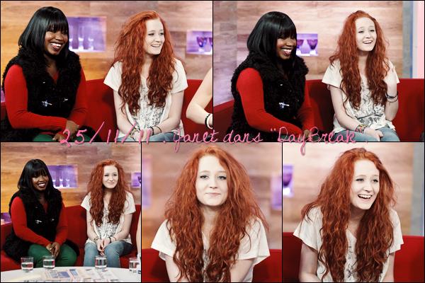 """25/11/11 : Janet quittant les ITV studios pour l'émission """"DayBreak"""" avec Amelia et Misha."""