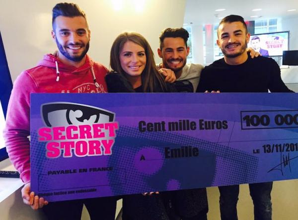 Secret Story 9 - Emilie qui reçoit son chèque, elle pose avec les finalistes pour l'occasion !
