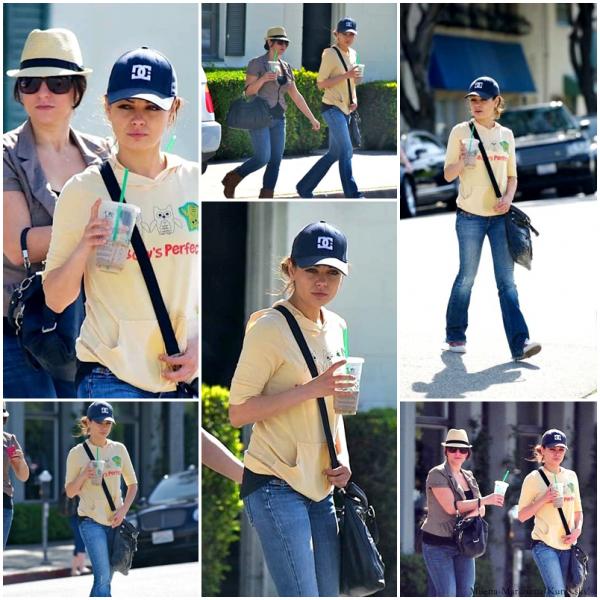 5/03/11 - Mila et une amie, sortant de chez Starbucks Coffee à L.A. Oui, c'est sûr, ça change de sa tenue lors des Oscars.