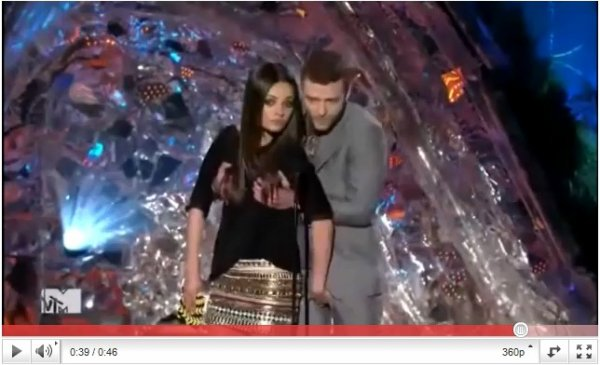 . 2011 MTV Movie Awards  (6juin2011)  . Mila a remit un prix à Robert Pattinson -celui du meilleur acteur pour Twilight (prévisible)- aux coté du sexy Justin Timberlake. Comme vous le savez, Mila et Justin seront à l'affiche du film Sex with Benefits, film relatant l'histoire de deux potes qui couchent ensemble sans vouloir s'engager (un genre de Sex Friends vous me direz.. sauf qu'étant donné que je n'ai pas été emballée par ce film, j'en attends bcp plus de Friends with Benefits) et nous ont donc improvisés une séance pelotage en direct.   Côté tenue, j'en attendais plus de la part de Mila, mais elle reste jolie et je dois dire que j'aime beaucoup sa jupe.♥ .
