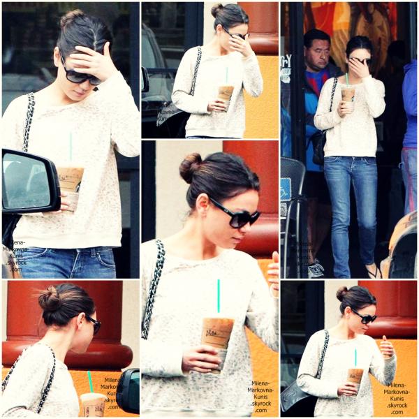. Mila, sortant (une fois de plus) de chez Starbucks Cofee, à Hollywood.  (12juin 2011) Est-ce que les célébrités savent que mettre leur main devant leur visage ne les rend pas invisibles ? Sinon niveau tenue, c'est du grand Mila, très simple, mais jolie. J'aime notamment son pull et son sac♥ -Chanel- .