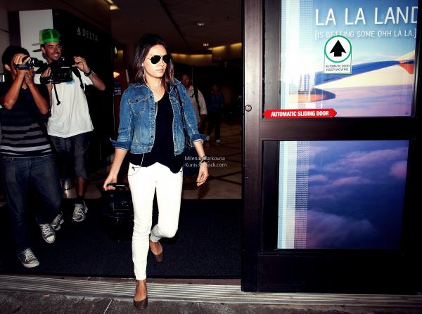 . Spotted : Mila,sortant de Coffee Bean (Beverly Hills) - 12septembre 2011. + Mila,toujours en Californie, s'est vu s'offrir un café à Studio City (CA) - 11septembre 2011 . + C'est à l'aéroport LAX,que nous retrouvons Mila revenant du Michigan - 9septembre 2011.