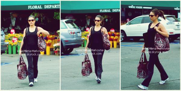 . Spotted : Mila,sortant de chez Starbucks coffee,puis,plus tard dans la journée,se dirigeant vers sa voiture............... après avoir fait quelques emplettes.      (HOLLYWOOD) - 10novembre 2011 .