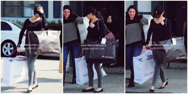 """. Spotted : Mila a été aperçue dans les rues de Beverly Hills les bras chargés après une virée shopping................Plus tard dans la journée, la belle s'est rendue au """"Los Angeles Auto Show"""".        TOP ?.............. (Beverly Hills & L.A) - 15novembre 2011 ."""