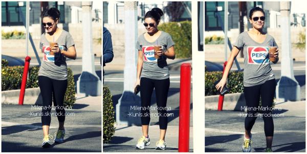 . Spotted : Mila et son coach sportif se dirigeant vers une salle de gym après s'être arrêter chez Coffee Bean.  ................(LOS ANGELES) - 18janvier 2011 . DIVERS :..Découvrez d'autres photos et vidéos de Mila lors des Golden Globes.   ....................(BEVERLY HILLS) - 15janvier 2011.