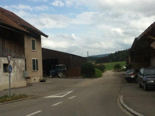 Sur la route pour aller au musé de vieux tracteur