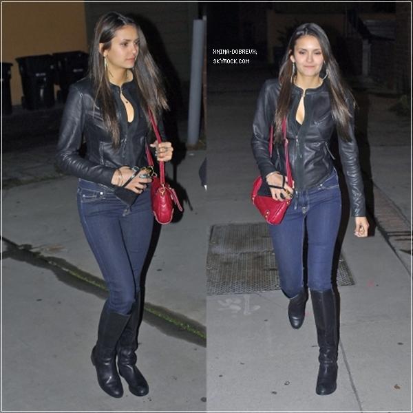 Nina a été vue avec Julie Plec à West Hollywood sortant d'un restaurant.