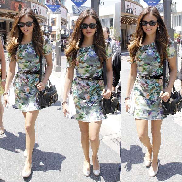 """9/05/12 Nina  à Los Angeles, pour participer à plusieurs émissions dans lesquelles elle est invitée pour parler du final de TVD. Son arrivée et quelques photos sur le plateau de l'émission """"Extra"""" qui est enregistrée au The Grove"""