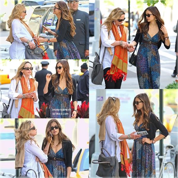 11/05/12 Nina quittant son hôtel avec sa mère.