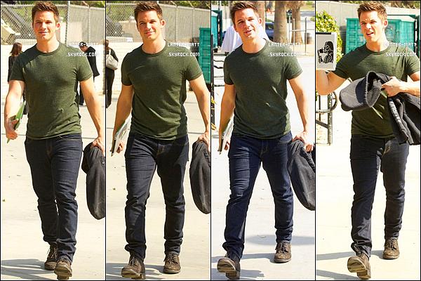 _ 04/03/13 :Notre Matt Lanter aperçu, tablette à la main sur le tournage du final de la série 90210 à Los Angeles. -