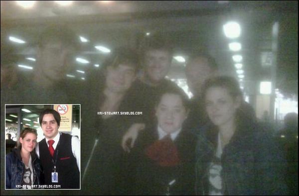"""* 23.08.10Kristen à été vu dans un aéroport argentin, pour continuer le tournage de """"On the road"""". *"""