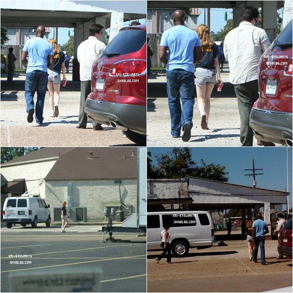 """* 14.09:__ Kristen Stewart ( et oui enfin un candid !!) sur le set de son prochain film """"On the road""""._____________________  Alléluia Kristen est vivante, enfin une sortie de Kristen même si les photos ne sont pas de très bonnes qualité..*"""