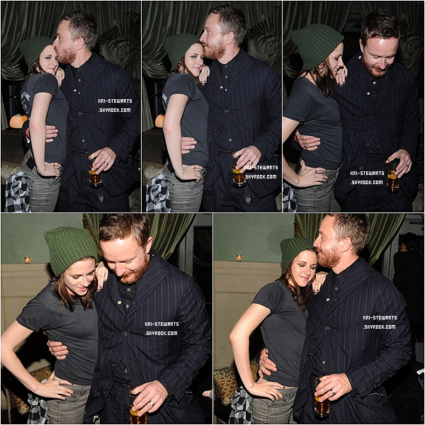 "* 16.10: Kristen et  le directeur du film Jake Scott ( entre eautre) à l'after party de ""Welcome to the Rileys"".*"