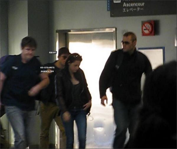 * 4 Nov: Kristen et Robert (Pattinson) partant de l'aéroport de la Nouvelle Orléans ( Etats Unis) direction le Brésil pour continuer le tournage de Twilight 4.*