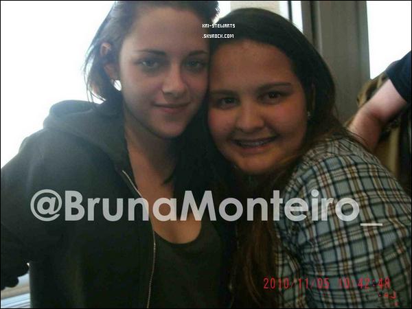 *  Kristen a posée avec une fan à l'aéroport de Rio le 5 Novembre.*