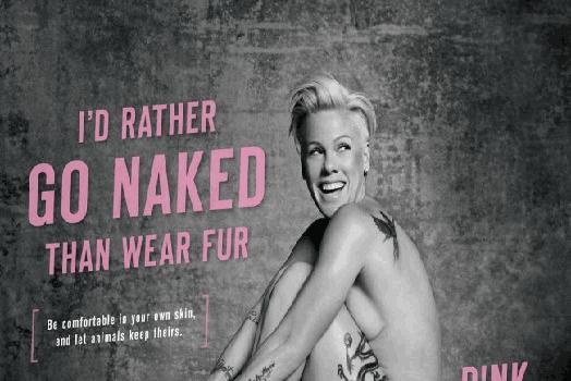 Pink pose nue contre la fourrure