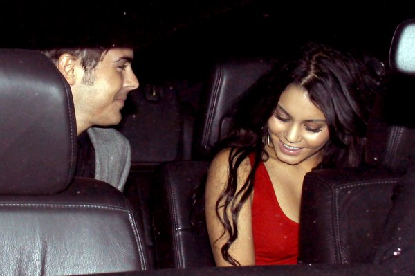 21.04 - Vanessa et Zac sortant du Family Housing Gala Los Angeles.