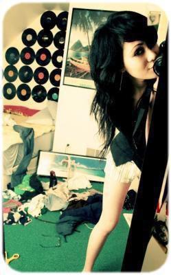 # La femme est belle et stupide Belle pour plaire aux hommes Stupide pour les aimer ;)