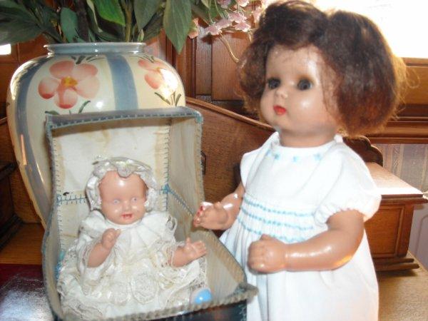 petit S.I.C. de 30 cms et Annie de Femme d'aujourd'hui avec un landau réalisé par des religieuses dans les années 50.