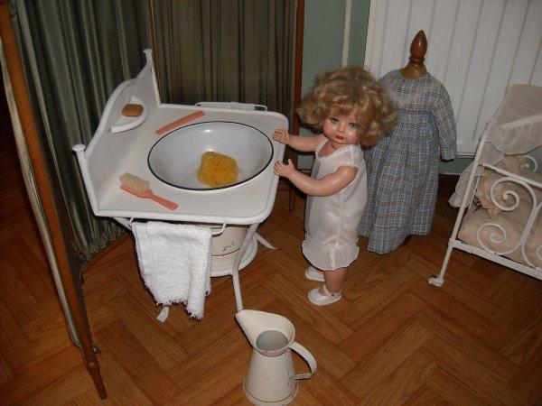 Eugénie, dernière poupée Jumeau, veut se faire belle pour le weekend...