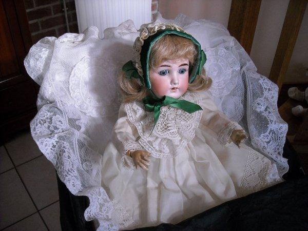 poupée ancienne articulée avec calotte et perruque, qui peux me renseigner sur la marque ?