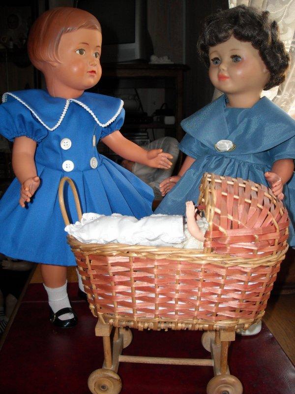 Françoise et Marie-Françoise discutent pour savoir quel pyjama va mettre ptit père..!...