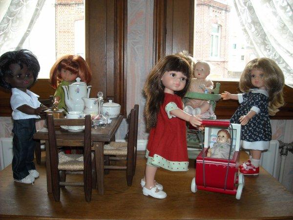 Les chéries de Corolle et les Paola Reina réfléchissent pour préparer les desserts de la fête des Pères : migniardises ou gros gâteau ; les migniardises sont déjà prètes, il reste à faire le gâteau, grande question une forêt noire ou un bavarois à la fraises ?