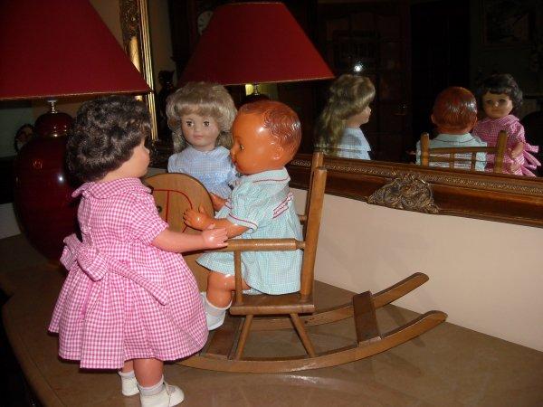Marie-Anne (la brune) et Marie-Chantal (la blonde) surveillent leur petit frère pour qu'il ne tombe pas de son cheval à bascule