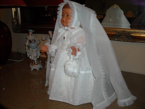 """Aussi sur WAMBRECHIES, cette jolie robe de communiante, réalisée par Annepoupée, sublime réalisation. Françoise l'a adopté de suite.....mais ma chérie, c'est pour l""""année prochaine, tu vas déjà toute la salir ! tant pis Mamoune, je veux la mettre, na..."""
