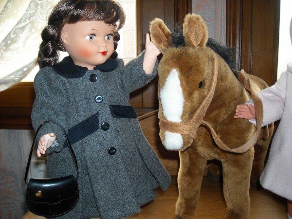 """Oh regarde Francette, Mamoune nous a acheté un beau cheval, oui c'est vrai Marie-françoise, il est beau, comment s'appelle t'il, Mamoune a donné comme prénom """"César"""". Comme c'est joli, cela lui va bien, tu ne trouves pas Francette, dit Marie-Françoise ! oui, oui, j'aime bien, vite, on va faire un gros bisou à Mamoune toutes les deux, elle va être contente ......."""