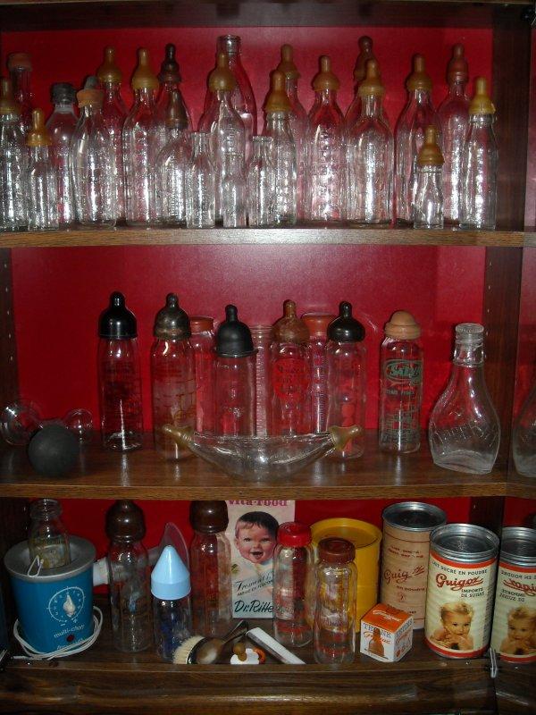Ma collection de biberons - Différentes générations des biberons Guigoz ; celui de gauche était  le biberon de mon fils aîné.