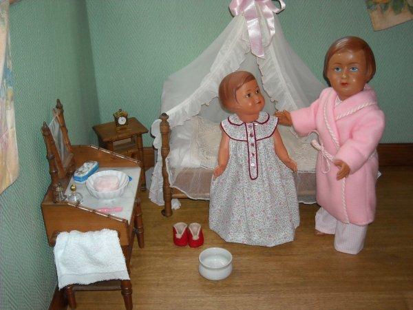 Josette informe Françoise qu' il est l'heure d'aller au lit, elle lui prépare le pot de nuit, si besoin est, car  Françoise peut  parfois se lever, merci soeur-soeur de penser à  moi !